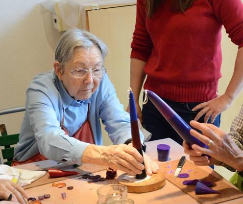 Joly Heinz, die Gründerin des Kerzenziehens im Regi ist immer noch mit vollem Engagement dabei.