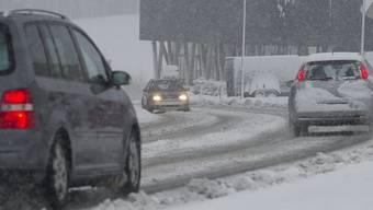 Autofahrerinnen und Autofahrer sind unter diesem Witterungsverhältnissen gefordert (Archiv)