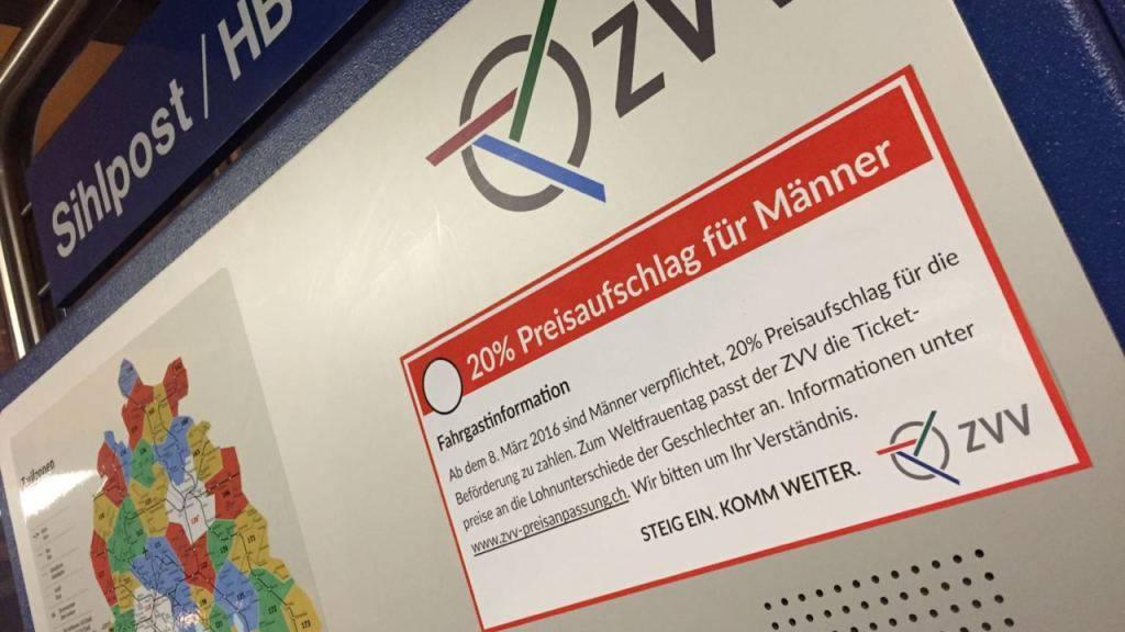 Ein grosser Aufkleber auf Billettautomaten in Zürich kündigt um 20 Prozent höhere Fahrpreise für Männer an.