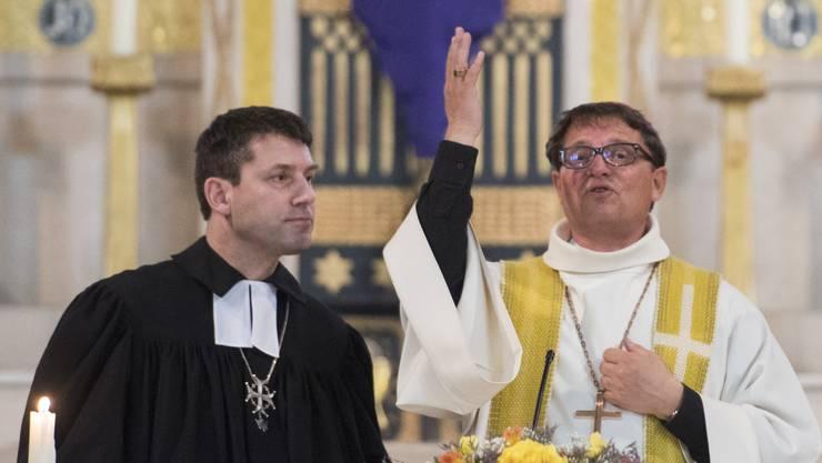 Wird für Reformierte nicht zum Vorbild der katholische Bischof – im Bild Felix Gmür vom Bistum Basel (r.), 2017 bei einem ökumenischen Gottesdienst mit Gottfried Locher, Präsident der Reformierten.
