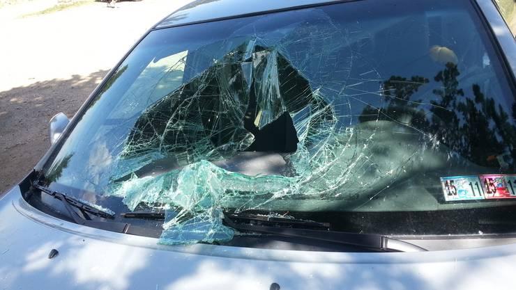 Bei mehreren Autos hatten die Vandalen Scheiben beschädigt. (Symbolbild)
