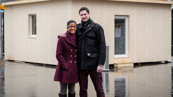 Die beiden Jungunternehmer Claudia Cuesta César und Flurin Cajöri vor ihrem Pavillon, den man noch bis zum Sonntag in Baden besichtigen kann.