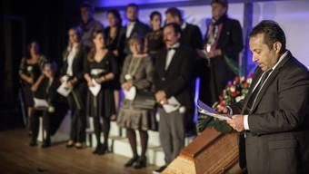 Die Bühne Wehntal probt «Sterben für Anfänger»: Daniel (Erhard Wyss) betrauert seinen Vater im Beisein der Verwandten.