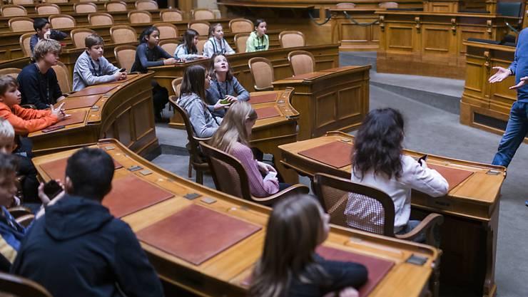 Staunende Kinderaugen im Parlament: Andreas Blaser, Leiter Öffentlichkeitsarbeit bei den Parlamentsdiensten, zeigt den Kindern am Zukunftstag den Nationalratsaal.