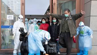 In China entspannt sich die Lage bei der Coronavirus-Krise - in Wuhan wurde keine Neuinfektion gezählt und zahlreiche Menschen können die Quarantäne verlassen.