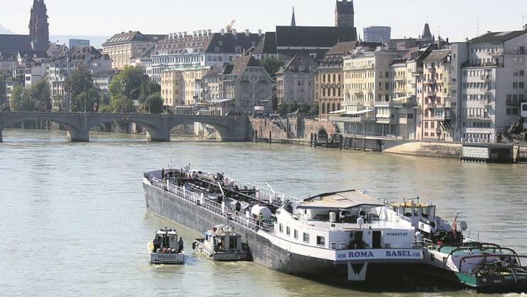 Der Rhein in Basel ist eine der schwierigsten Strecken zwischen Rheinfelden und Rotterdam mit der Mittleren Brücke als «Nadelöhr». Im Bild: Die Havarie der «Roma» im August 2011.