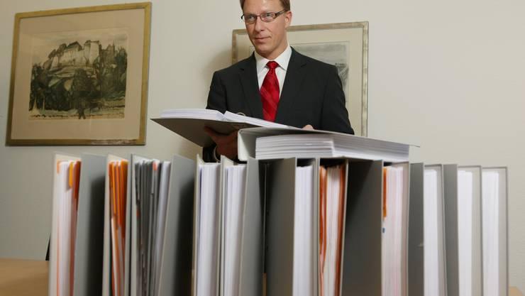 Der Lenzburger Bezirksgerichtspräsident Daniel Aeschbach mit Aktenordnern zur «Holderbank-Connection».