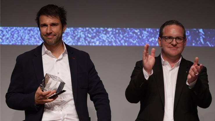Christoph Piotrowski, Projektleiter Unternehmensentwicklung bei Meier Tobler, nimmt von Veranstalter Philippe Ramseier (rechts) den «Swiss Industry 4.0»-Award entgegen. Der Preis ist mit 10 000 Franken dotiert.