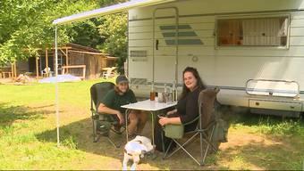 Wegen des Coronavirus ist ein Paar auf ihrer Europareise im Aargau gestrandet. Statt mit ihrem Camper andere Länder zu erkunden, packen sie nun auf einem Bauernhof mit an.