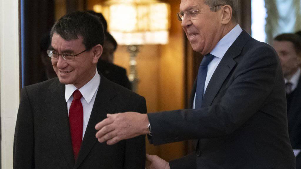 Der russische Aussenminister Sergej Lawrow begrüsst seinen japanischen Amtskollegen Taro Kono vor Gesprächen in Moskau.
