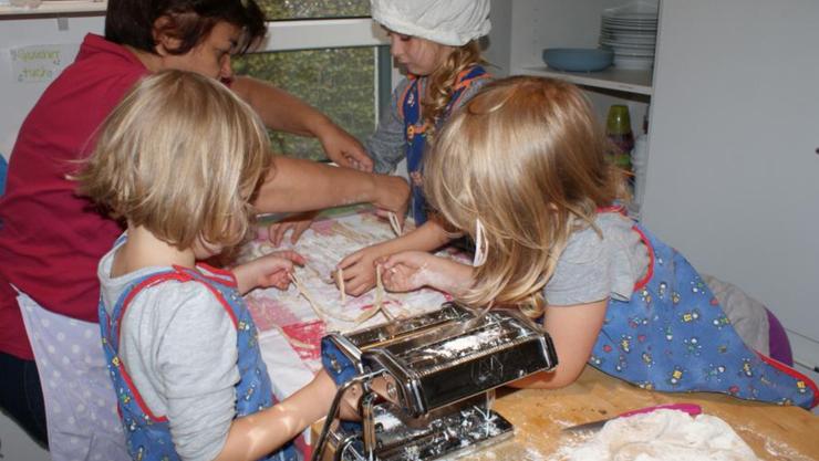 """Im Projekt """"Spielzeugfreie Zeit""""  bereiten die Kinder selber Teigwaren zu"""