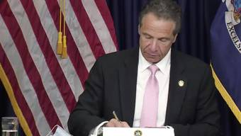 Der New Yorker Gouverneur Andrew Cuomo bei der Unterzeichnung des Gesetzespakets.