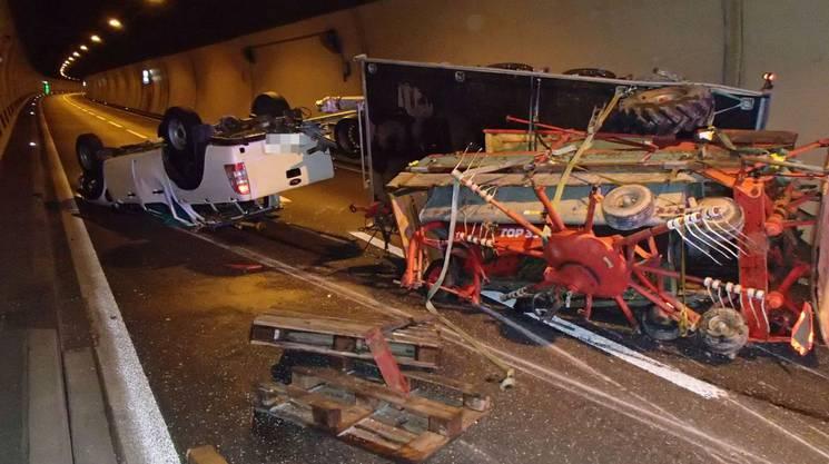 Erst um 21 Uhr konnte die Kantonspolizei einen der beiden Fahrstreifen im Tunnel wieder freigeben.