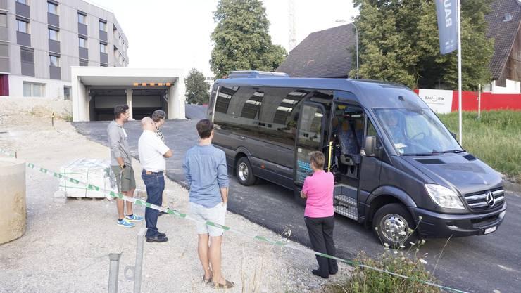 Warten auf die Abfahrt des Schulbus, der die Schulkinder vom Dorfteil Schöngrün zur Schule Biberist fährt.