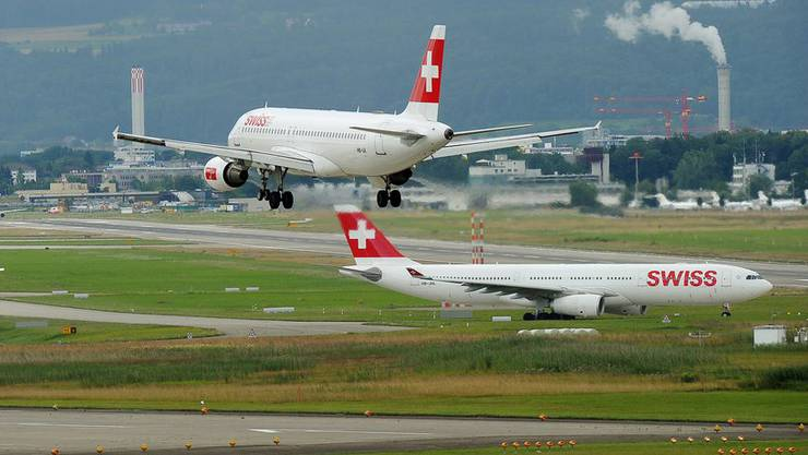 Eine Maschine der Swiss beim Landeanflug in Zürich. Wegen des Drohnenvorfalls hat die Schweizerische Sicherheitsuntersuchungsstelle (SUST) eine Untersuchung eröffnet.