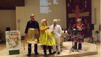 «Lachen ist das einzige Mittel gegen den Wahnsinn der Normalität»: Gemeindeleiter Martin Linzmeier (l.) predigte imFasnachtsgottesdienst als Glocke verkleidet. pst