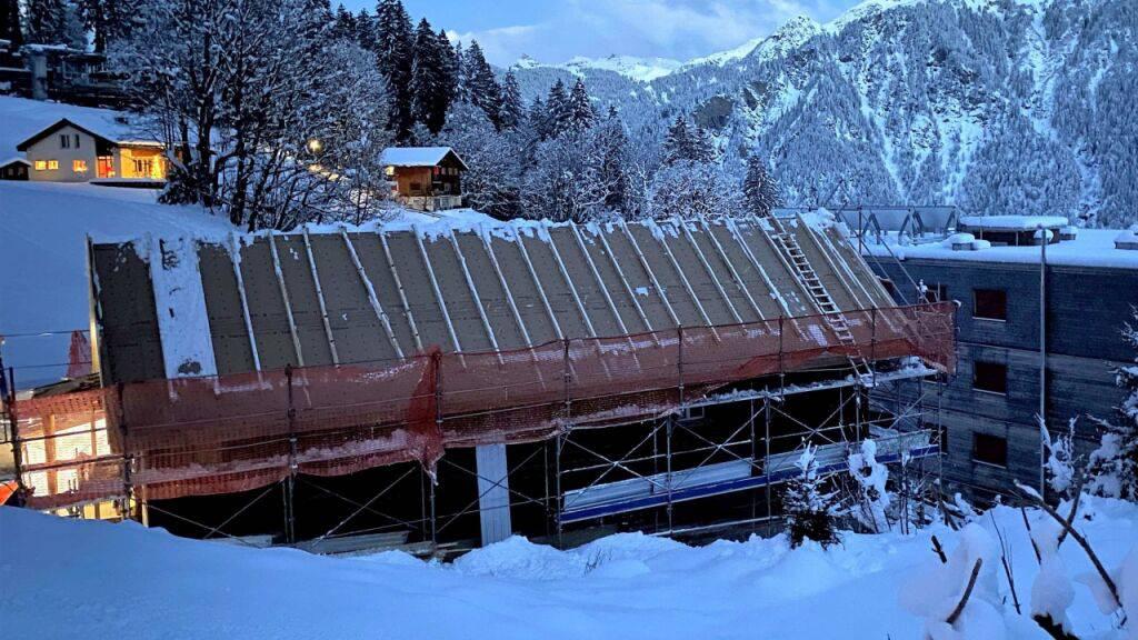Beim Schneeschaufeln fiel am Montag in Braunwald GL ein 28-jähriger Vorarbeiter vom Dach.