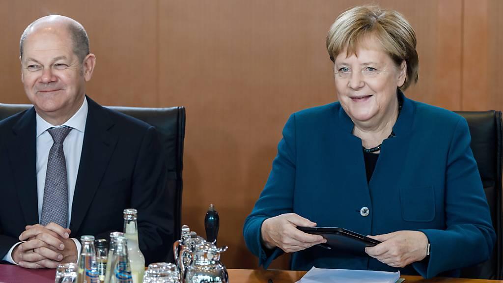 Die Grosse Koalition in Berlin hat bei Halbzeit zwei Drittel der geplanten Massnahmen vollendet oder auf den Weg gebracht. Kanzlerin  Merkel (CDU) und Vizekanzler Scholz (SPD) wollen weiter zusammenarbeiten.