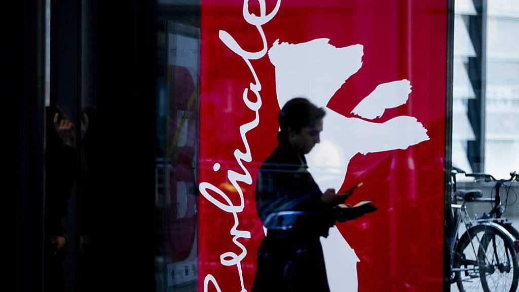 70. Berlinale, eine Frau geht an einem Berlinale-Plakat vorbei. Archivbild.