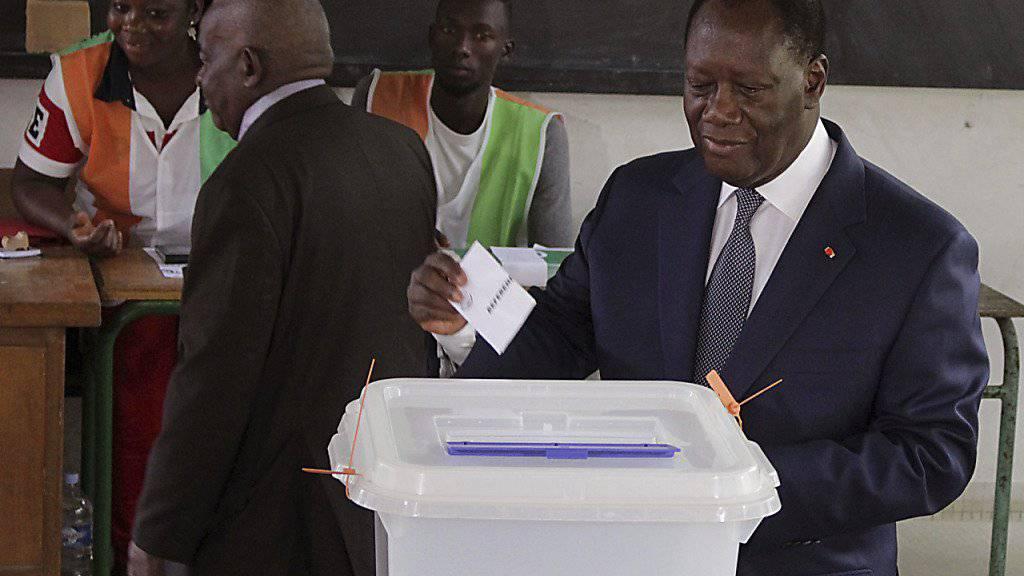 Sein Verfassungsentwurf wurde an der Urne klar angenommen: Präsident Alassane Ouattara bei der Stimmabgabe in der Elfenbeinküste. (Archivbild)
