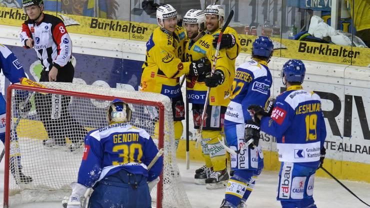 Thomas Rüfenacht (hinten Mitte) lässt sich von den Berner Mitspielern für sein Tor zum 4:1 gegen den HCD feiern.