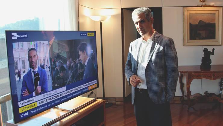 Just während des Besuchs der «Schweiz am Wochenende» im Büro von RAI-Präsident Marcello Foa (rechts) überträgt das italienische Fernsehen die Vorstellung der neuen Regierung Conte (auf dem TV-Bildschirm rechts zu sehen). Diese Regierung wird entscheiden, ob Foa Fernsehpräsident bleiben darf.