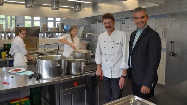 Der neue Heimleiter Josef Villiger (rechts) sucht das Gespräch mit allen Angestellten aller Fachbereiche; hier mit Küchenchef Peter Odermatt. ES