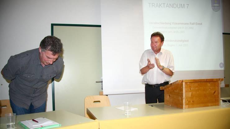 Applaus von Gemeindeammann Romuald Brem (rechts) für den abtretenden, langjährigen Kollegen und Vizeammann Ralf Ernst.