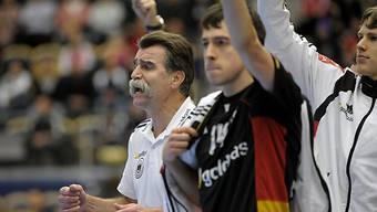 Deutschlands Trainer Heiner Brand (l.) unter Hochspannung