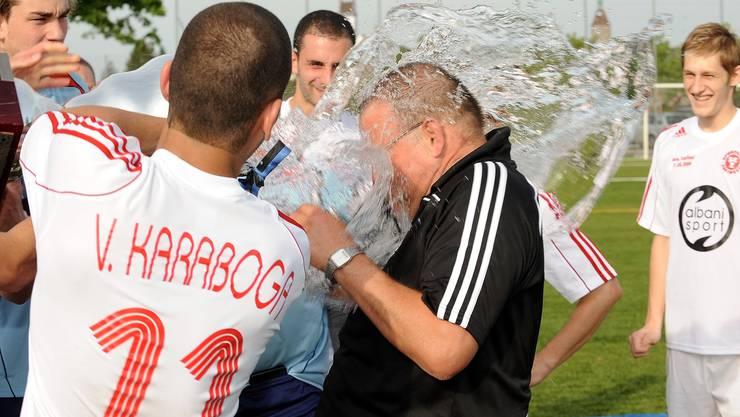 Der vierfache Torschütze Volkan Karaboga duscht seinen Trainer Werner Ulrich. (Bild: Alexander Wagner)