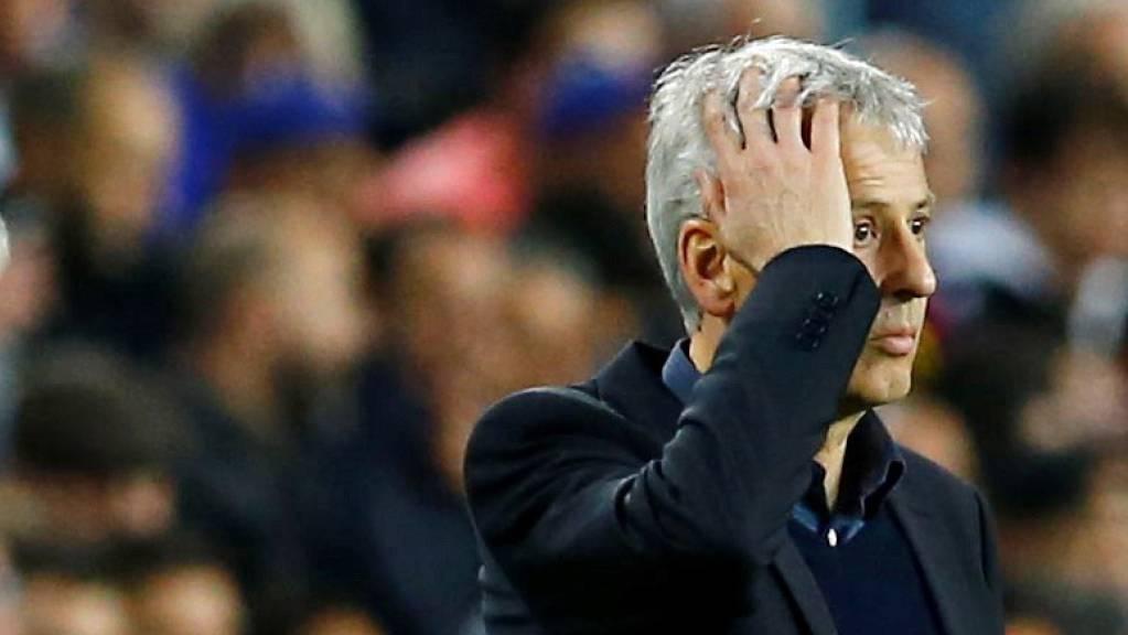 Lucien Favre langt sich an den Kopf: Auch in Barcelona schaffte er die Trendwende nicht.