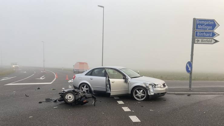 Ein 72-jähriger Autolenker kollidierte beim Linksabbiegen mit einem 55-jährigen Rollerfahrer.