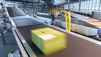 Online etikettierte Pakete werden günstiger. Darauf haben sich die Post und der Preisüberwacher geeinigt. (Archivbild)