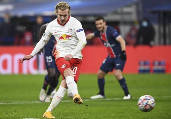 Emil Forsberg mit der Entscheidung: Er macht es besser als Di Maria und tritfft vom Punkt zum 2:1.