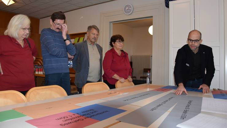 Die Teilnehmer des Workshops zur Zukunft des Schlieremer Zelgli-Quartiers haben die Arbeit der Planer unter die Lupe genommen.