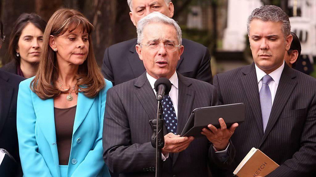 Kolumbiens früherer Präsident Alvaro Uribe äussert sich vor den Medien nach seinem rund fünfstündigen Gespräch mit dem aktuellen Präsidenten Santos. Uribe ist entschiedener Gegner des Friedensabkommens mit der FARC, das das Volk am Wochenende abgelehnt hat.