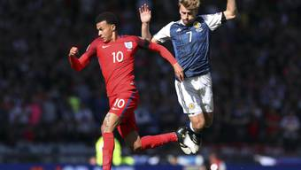 Englands Dele Alli (links) umspielt Schottlands Stuart Armstrong