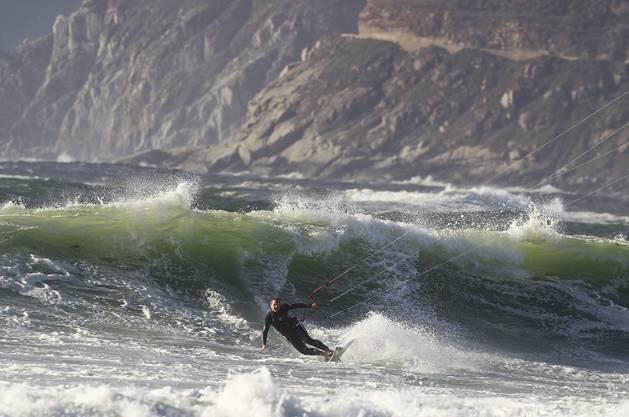 Kitesurfen vor der Küste Kapstadts