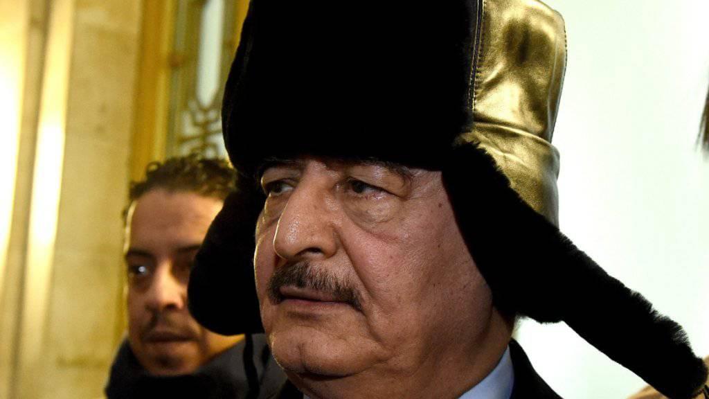Der Attentäter hatte es auf einen Kontrollposten seiner Sicherheitskräfte abgesehen: der abtrünnige libysche General Chalifa Haftar. (Archivbild)