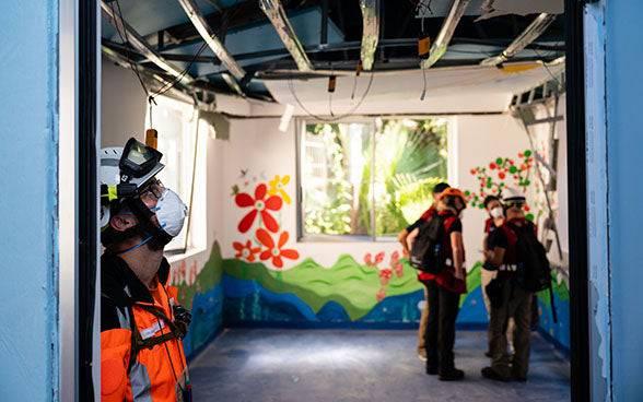Ein Schweizer Team begutachtet die Schäden am Spital La Quarantine in Beirut.