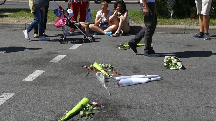 Die Spuren der schrecklichen Tat sind auch am Samstag noch sichtbar und es werden Blumen für die Verstorbenen niedergelegt