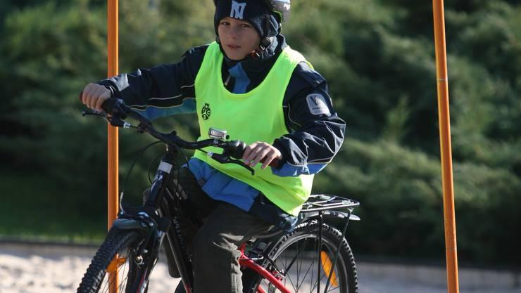 Wie ein Profi: Ein Viertklässler absolviert auf seinem Fahrrad den Geschicklichkeitsparcours am Finaltag in Lausen. Daniel Aenishänslin