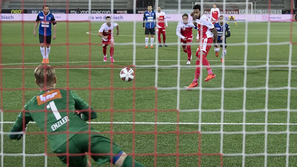 Chris Kablan schiesst nach sieben Minuten einen Handspenalty unplatziert in die Arme von Aaraus Goalie Simon Enzler.