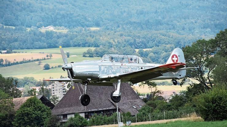 Rolf Bläsi im Landeanflug mit dem Pilatus P-2.
