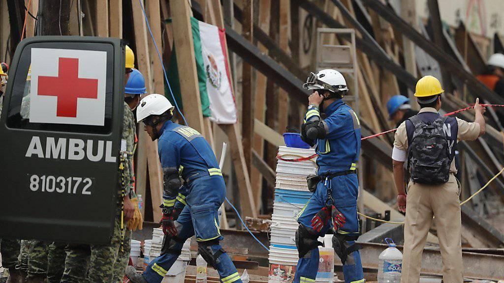 Rettungskräfte in Mexiko City: Ein Erdbeben der Stärke 6,1 hat vier Tage nach dem Beben mit rund 300 Toten das Land erneut erschüttert.