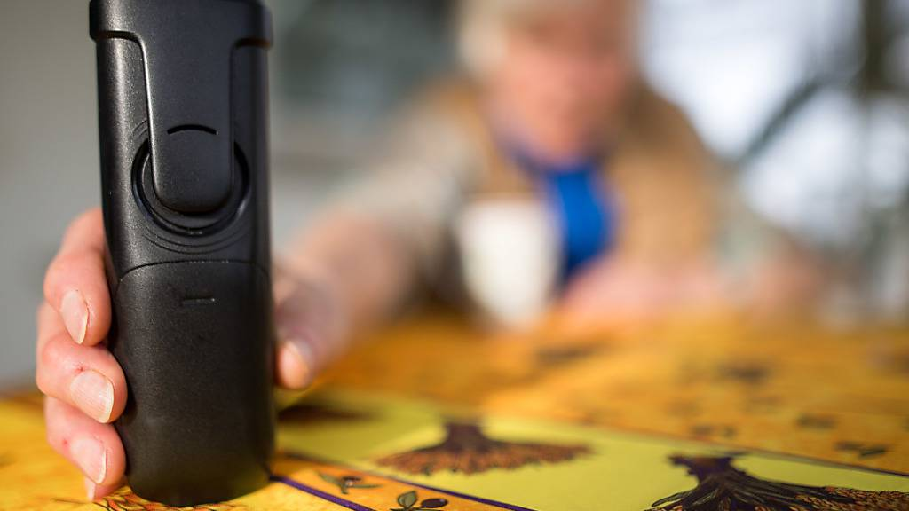 Trickbetrüger, die sich am Telefon als Enkel oder Polizisten ausgeben, werden immer dreister. In der letzten Woche haben «Falsche Polizisten» zwei Seniorinnen im Kanton Thurgau über 100'000 Franken abgenommen. (Symbolbild)