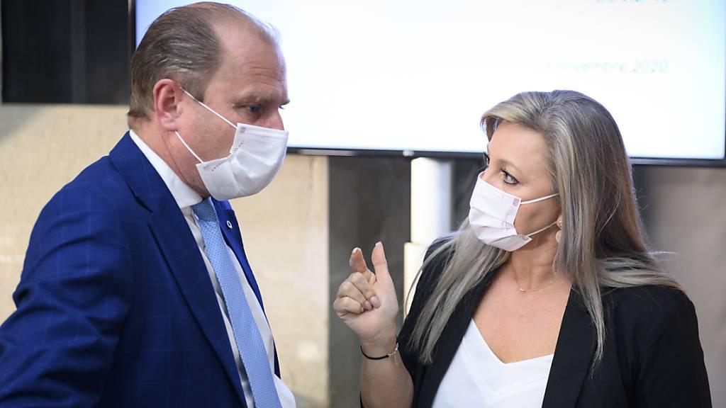 Der Waadtländer Wirtschaftsminister Philippe Leuba (FDP) und Staatsratspräsidentin Nuria Gorrite (SP) geben am Dienstag die verschärften Massnahmen im Kampf gegen das Coronavirus bekannt.