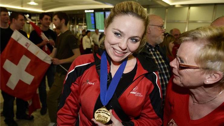 Kurz nach dem Triumph: Alina Pätz mit ihrer WM-Goldmedaille. Key