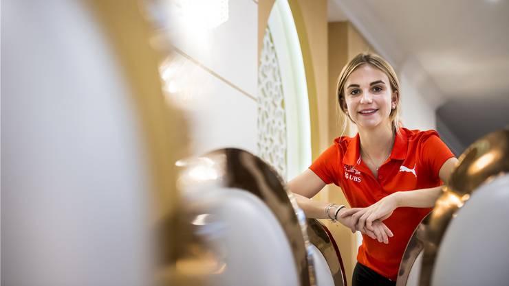 Die 17-jährige Staffelläuferin Giulia Senn aus Bellikon sammelt an der Leichtathletik-WM in Doha Erfahrungen – wenn auch vorerst als Ersatzläuferin.