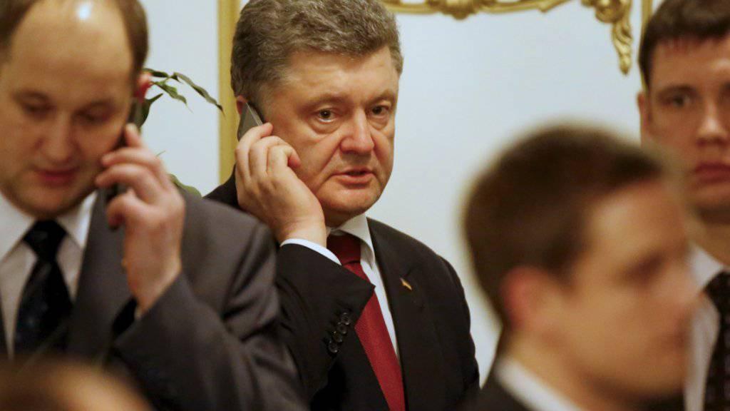 Bei Anruf Gratulation: Der ukrainische Präsident Petro Poroschenko telefoniert mit Donald Trump. (Archivbild)